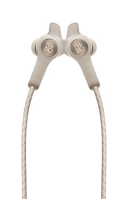 Beoplay E6 slukkes ved at klikke ørepropperne sammen. Foto: B&O
