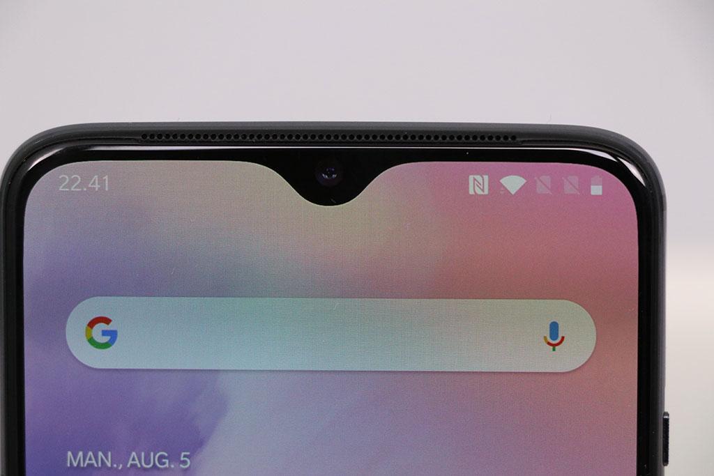 OnePlus 7. Den lille notch hvor forsidekameraet sidder. Foto: Lars Bennetzen