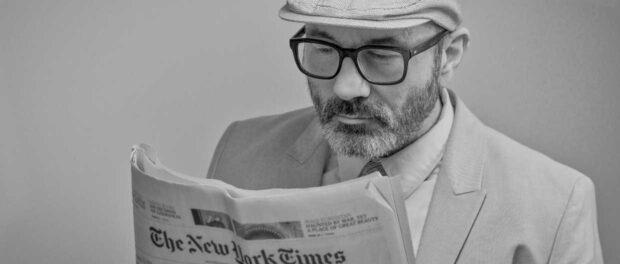 Man der læser et avis. Billede til Tech-Test News